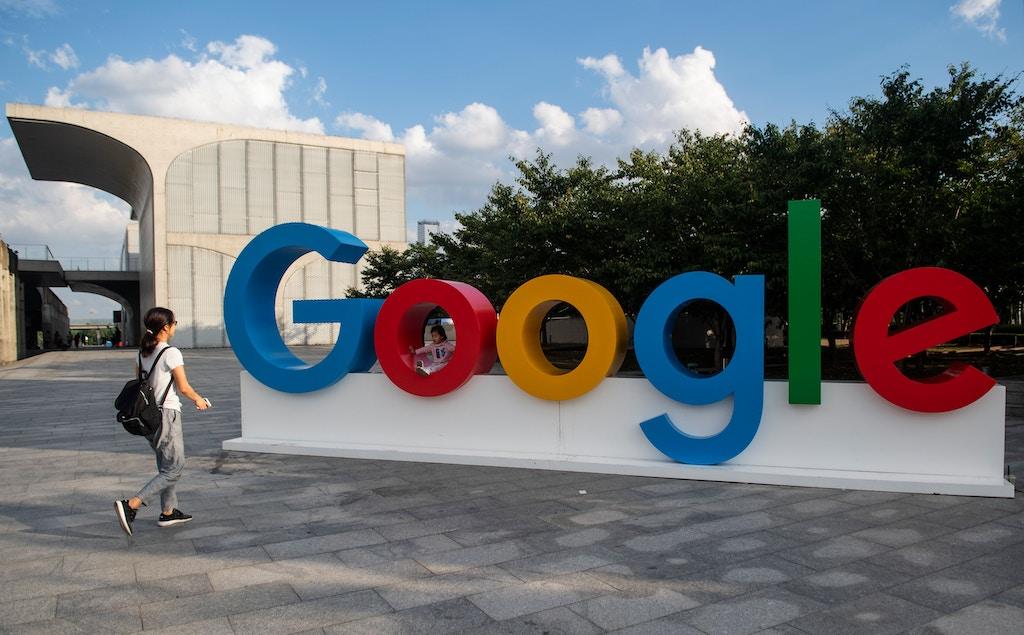 26 ستمبر 2018 کو شنگھائی میں ورلڈ مصنوعی انٹیلیجنس کانفرنس (ویوآئسی) میں ایک عورت اور اس کا بچہ گوگل کے نشان پر چلتا ہے. (تصویر برائے جوہنز اییسلیس / اے ایف پی) (تصویر کی کریڈٹ جانسن اییسلی / اے ایف پی / گیٹی امیجز کو پڑھنا چاہئے)