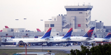 ATLANTA - APRIL 15: Delta Air Lines Inc. planes line up at Atlanta's Hartsfield-Jackson International Airport Tuesday, April 15, 2008. Delta Air Lines Inc. and Northwest Air Lines Corp.'s board of directors approved the merger between the two air lines.  (Photo by Barry Williams/Getty Images)
