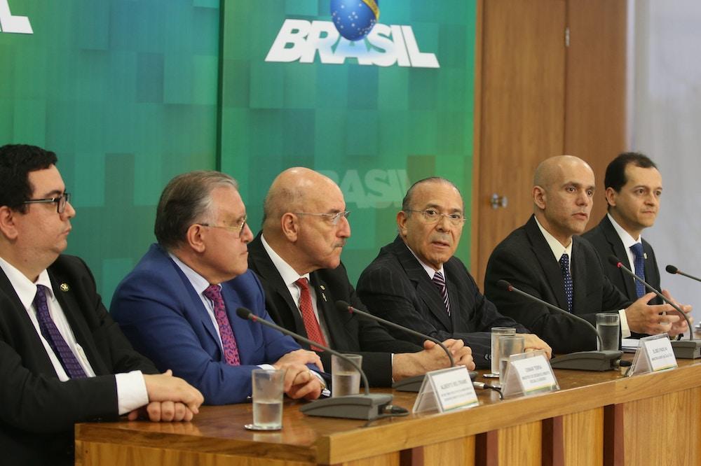 Secretário da Previdência Social Marcelo Caetano (segundo da direita para a esquerda), em entrevista coletiva sobre reajustes de benefícios previdenciários, no dia 7 de julho de 2016, em Brasília.
