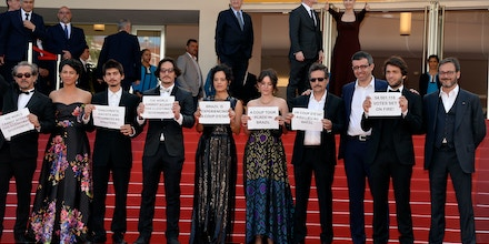 CANNES, FRANCE - MAY 17:  (2nd L-R) Actors Barbara Colen, guests, Maeve Jinkings, producer Emilie Lesclaux, director Kleber Mendonca Filho, producer Saïd Ben Saïd, actor Humberto Carrao and producer Michel Merkt attend the
