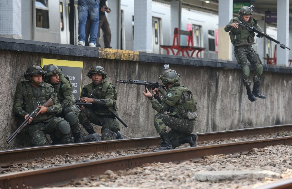 Soldados do exército realizam simulação de ataque terrorista na estação de Deodoro, no Rio de Janeiro, em 16 de julho de 2016. Foto: Mario Tama/Getty Images