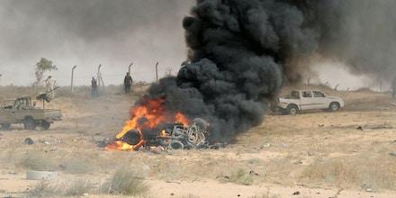 Forças militares aliadas ao Governo da Líbia se reúnem no local de um ataque de carro-bomba realizado pelo EI em Sirte, em 2 de junho de 2016