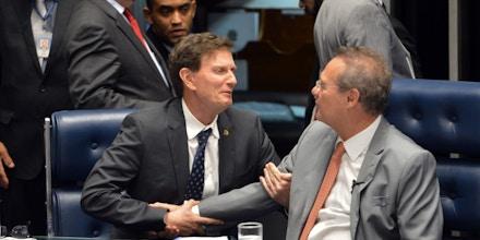 Brasília - O senador Marcelo Crivella e o presidente do Senado, Renan Calheiros, durante sessão plenária onde os senadores voltaram a discutir o PLS 131/2015, que muda a participação da Petrobras no pré-sal (Fabio Rodrigues Pozzebom/Agência Brasil)