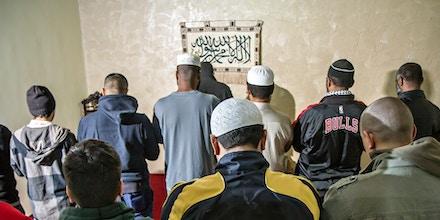 Muçulmanos rezam na inauguração da Mesquita Summayah Bint Khayyat, em Embu das Artes, em julho de 2016.