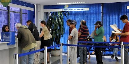 Foto: Antonio Cruz/ (Arquivo) Agência Brasil Segurados do INSS procuram postos de atendimento para fazer perícias médicas
