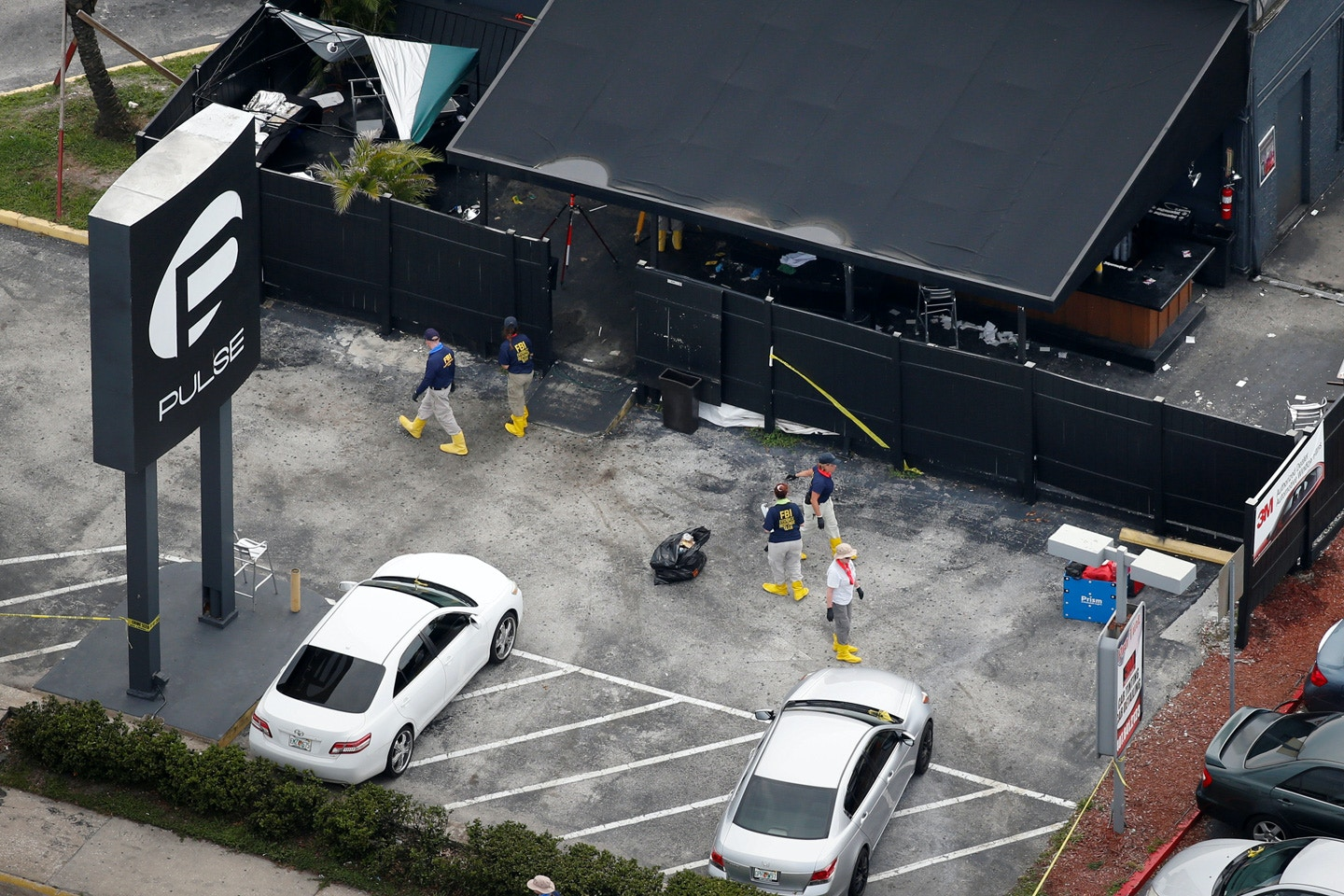 Federal Bureau of Investigation (FBI) officials collect evidence from the parking lot of the Pulse gay night club, the site of a mass shooting days earlier, in Orlando, Florida, U.S., June 15, 2016.  REUTERS/Adrees Latif/File Photo - RTX2SKI1