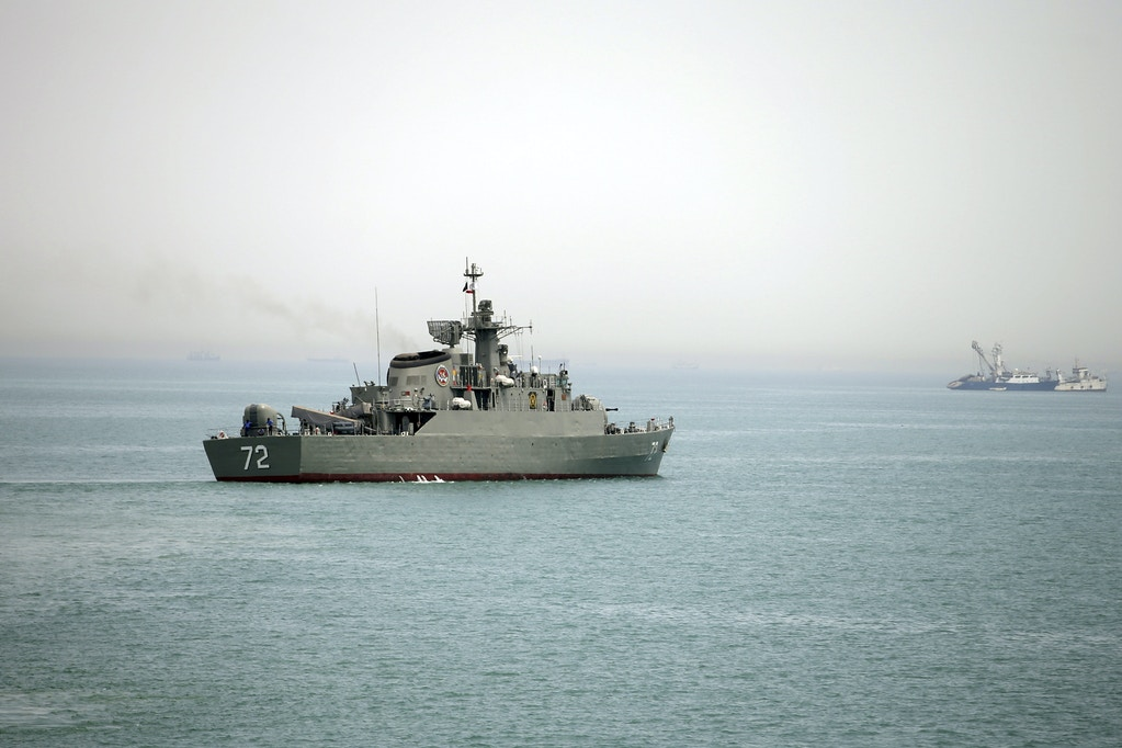 "In this picture taken on Tuesday, April 7, 2015, and released by the semi-official Fars News Agency, Iranian warship Alborz, foreground, prepares before leaving Iran's waters, at the Strait of Hormuz. Na quarta-feira, o Irã enviou um destróier e outra embarcação para a região próxima ao Irã, enquanto os EUA aceleraram o provimento de armas para a coalizão liderada pela Arábia Saudita que atacava os rebeldes na região, destacando como as potências internacionais estão aprofundando sua participação no conflito. Iran's English-language state broadcaster Press TV quoted Rear Adm. Habibollah Sayyari as saying the ships would be part of an anti-piracy campaign ""safeguarding naval routes for vessels in the region."" (AP Photo/Fars News Agency, Mahdi Marizad)"
