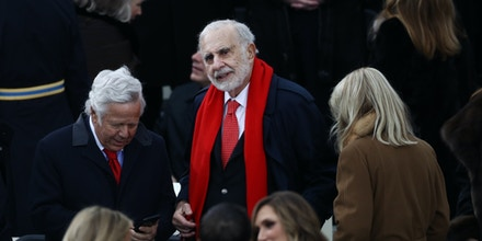Billionaire activist investor Carl Icahn, center, and Robert Kraft, chairman and chief executive officer of the New England Patriots LP, left, arrive during the 58th presidential inauguration in Washington, D.C., U.S., on Friday, Jan. 20, 2017. Donald Trump will become the 45th president of the United States today, in a celebration of American unity for a country that is anything but unified. Photographer: Andrew Harrer/Bloomberg via Getty Images