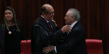 Brasília - O novo presidente do TSE, Gilmar Mendes, e o presidente interino Michel Temer (Fabio Rodrigues Pozzebom/Agência Brasil)