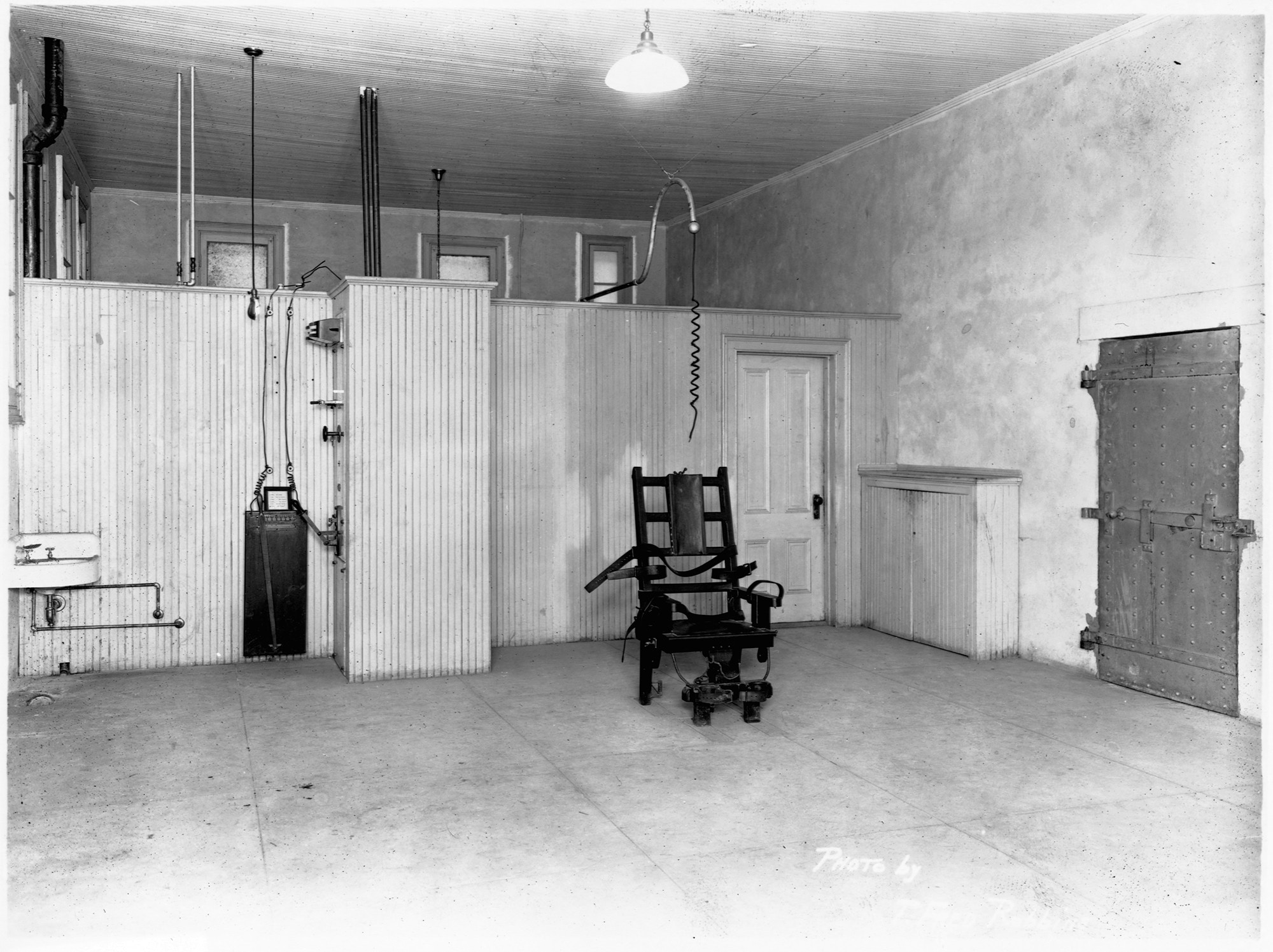 Electric Chair in Sing Sing   (Photo by T. Fred Robbins/Library of Congress/Corbis/VCG via Getty Images)