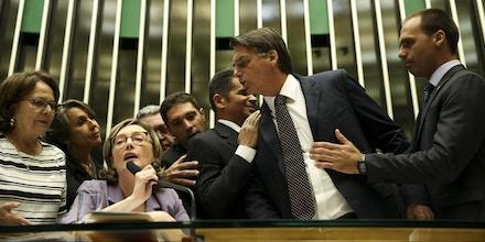 Brasília - O deputado Jair Bolsonaro discute com a deputada Maria do Rosário durante comissão geral, no plenário da Câmara dos Deputados, que discute a violência contra mulheres e meninas, a cultura do estupro, o enfrentamento à impunidade e políticas públicas de prevenção, proteção e atendimento às vítimas no Brasil (Marcelo Camargo/Agência Brasil)