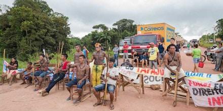 Munduruku interditam a Transamazônica para protestar contra a inépcia do governo brasileiro em demarcar terras indígenas.