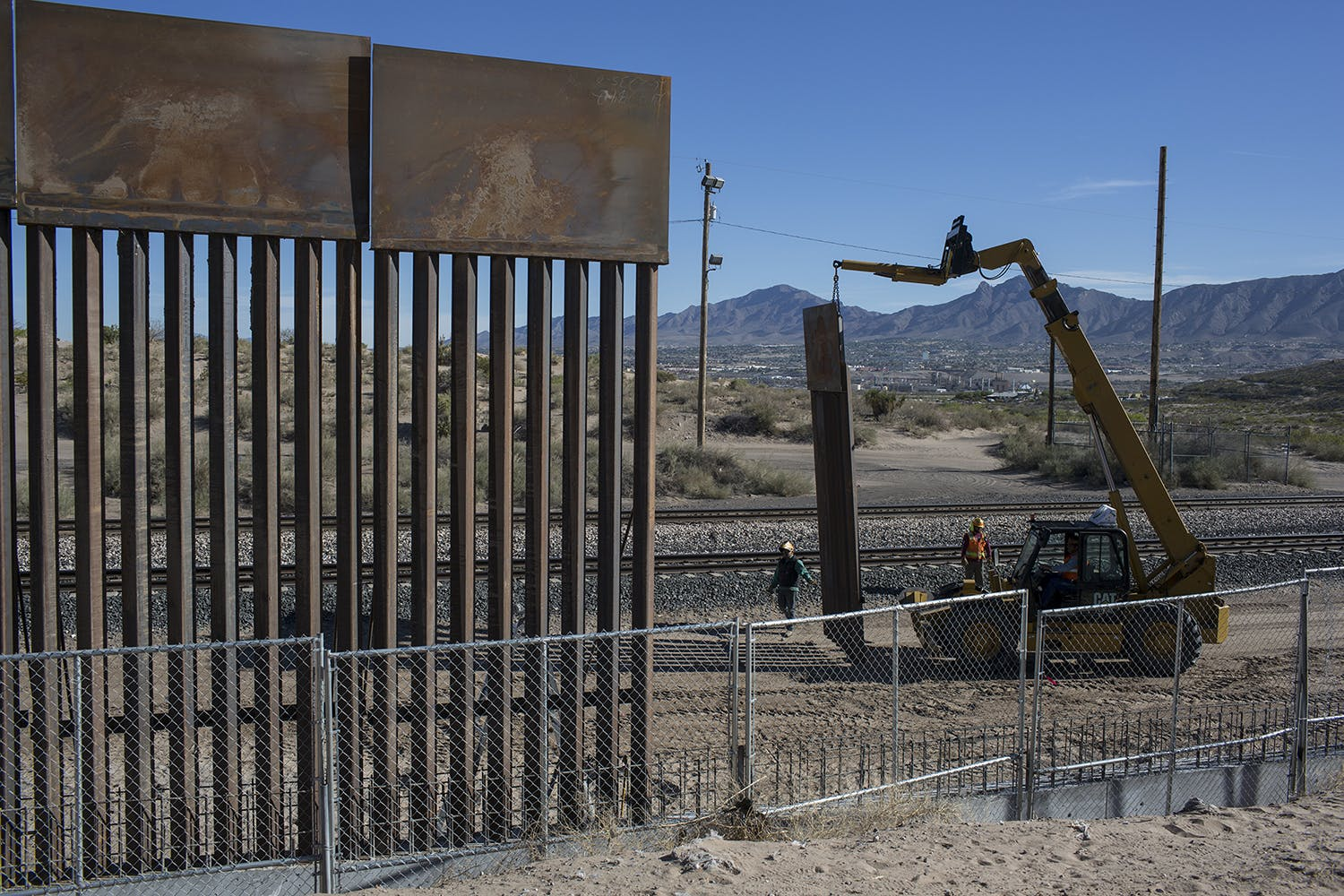 """us fence in the border of mexico essay Related documents: border fence - article analysys essay essays: united states and border according to a new series on the national geographic channel, the united states is involved in a """"border war"""" with mexico."""