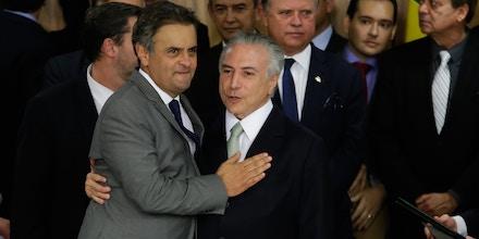 BRASÍLIA, DF, 12.05.2016: O novo presidente Michel Temer toma posse e é cumprimentado pelo Senador Aécio Neves em Brasília (DF) (Foto: Alice Vergueiro/Folhapress)