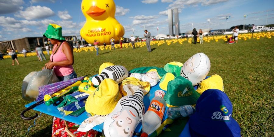 BRASÍLIA, DF, 29.03.2016: PROTESTOS-DILMA - A Fiesp (Federação das Indústrias de São Paulo) colocou nesta terça-feira (29) 5 mil patos infláveis, além de um pato gigante, em frente ao Congresso Nacional, em Brasília (SP). O animal faz referência à campanha