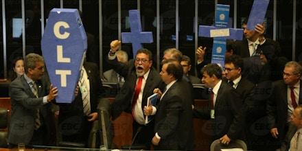 Brasília - Após a conclusão da leitura do parecer do relator do projeto da reforma trabalhista, deputados de partidos de oposição ao governo retomaram a obstrução aos trabalhos no plenário (Antonio Cruz/Agência Brasil)