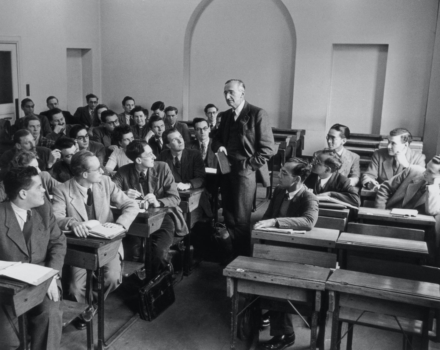 Austrian-British economist and political philosopher Friedrich Hayek (1899 - 1992) with a class of students at the London School of Economics, 1948. (Photo by Paul Popper/Popperfoto/Getty Images)