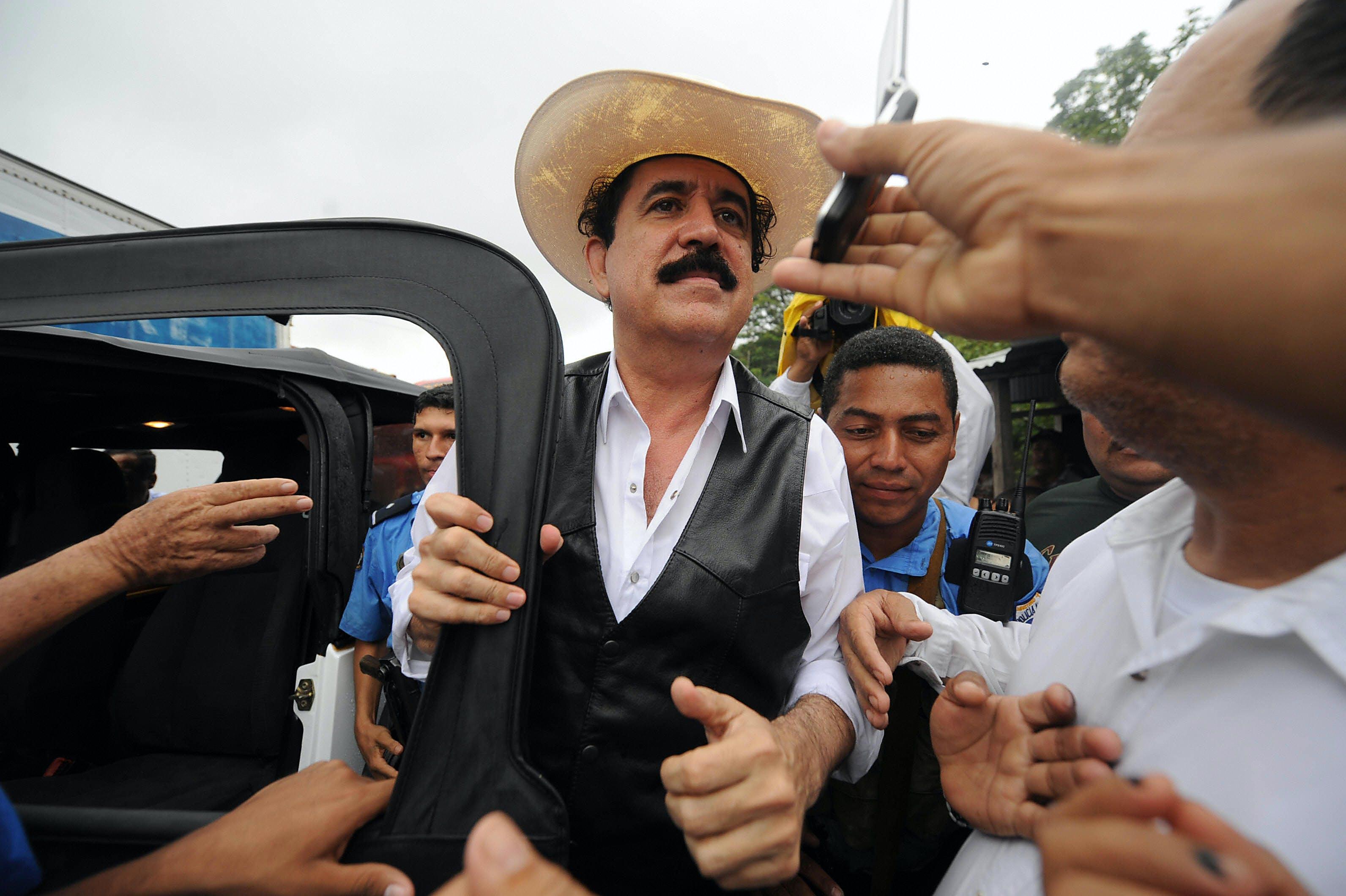 El derrocado presidente hondureño Manuel Zelaya llega a Las Manos, un puesto fronterizo entre Nicaragua y Honduras el 24 de julio de 2009. La policía en Honduras disparó gases lacrimógenos contra partidarios de Zelaya mientras el líder derrocado llegaba al otro lado de la frontera del país en Nicaragua, periodistas de la AFP atestiguado.  AFP PHOTO / Orlando SIERRA (Crédito de la foto debe leer ORLANDO SIERRA / AFP / Getty Images)