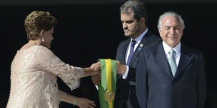 01/01/2015 – Brasilia,DF – O vice-presidente Michel Temer e a mulher, Marcela Temer, ao lado da presidenta Dilma Rousseff durante cerimônia de posse no Palácio do Planalto. Foto José Cruz / Agencia Brasil