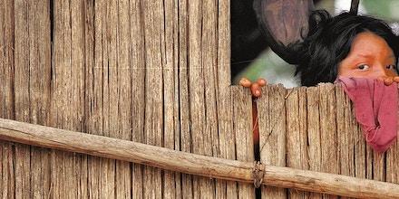 Expedição da Funai: índia djapá observa da janela de sua maloca homens brancos chegando na sua aldeia, no Vale do Javari, no Amazonas. (Vale do Javari, Amazonas, 09.05.2001 - Foto de Flávio Florido/Folhapress/Negativo 05635.01)