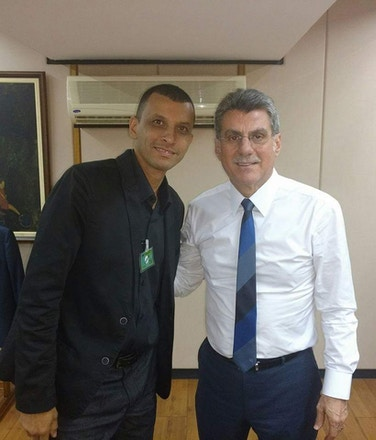 Ismael Cardeal, coordenador da Caiuá, posa com o senador Romero Jucá