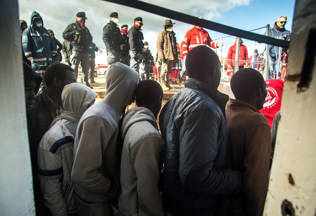 zach-campbell-italy-immigration-refugees-migrants-police-05-1505501150