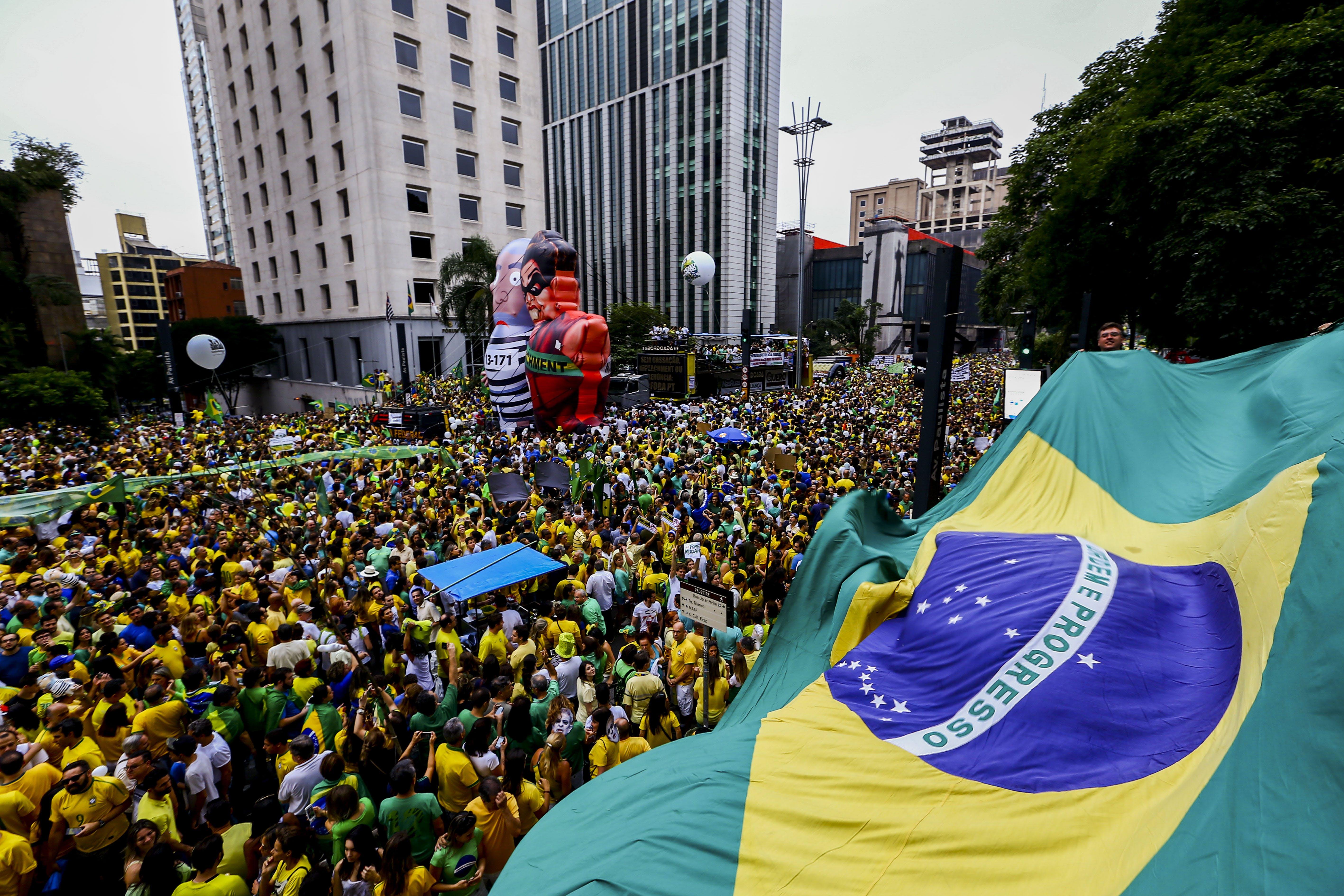 SÃO PAULO, SP, BRASIL, 13.03.2016 -  Manifestantes contrários ao governo de Dilma Rousseff (PT) pedem o seu impeachment e o fim da corrupção, neste domingo (13), na av. Paulista, em São Paulo (SP). O protesto contra a presidente Dilma Rousseff em São Paulo neste domingo (13) é o maior ato político já registrado na cidade, superando inclusive a principal manifestação pelas Diretas Já, em 1984.(Foto: Adriano Vizoni/Folhapress)