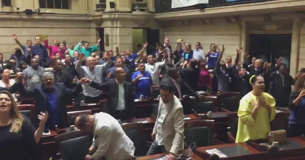 An evangelical prayer service was held in the chambers of the Rio de Janeiro City Council on September 29, led by a bishop of the Universal Church of the Kingdom of God who is also an elected city council member.