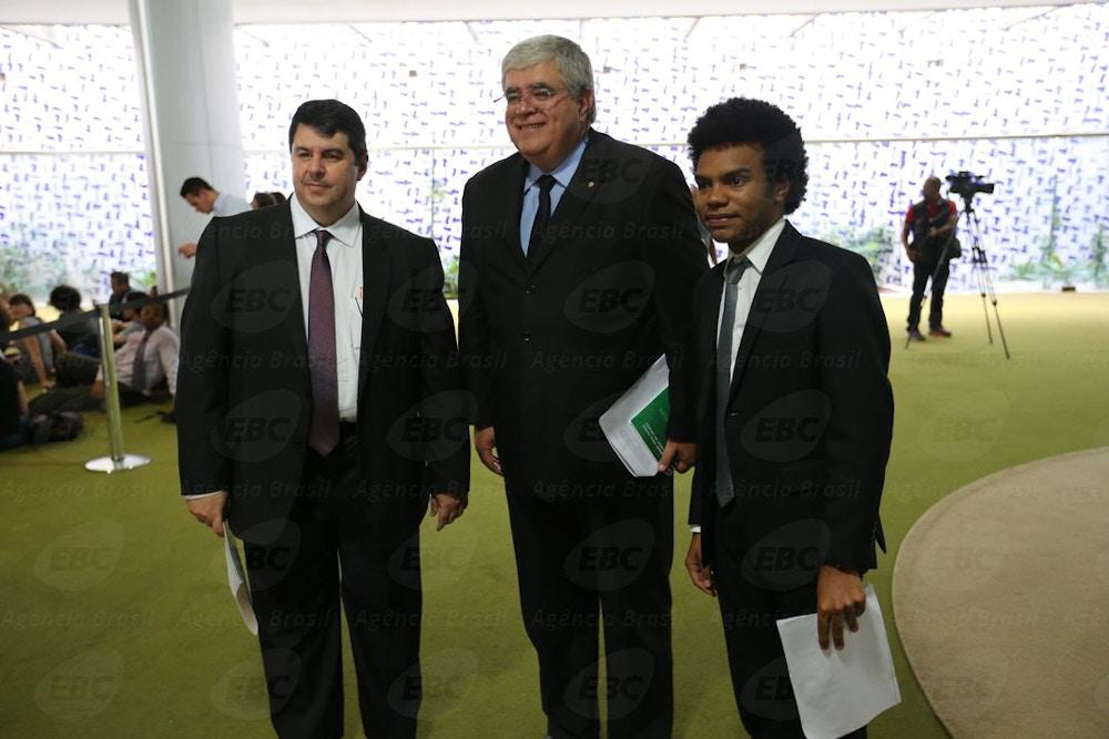 Brasília - O coordenador do MBL, Fernando Holiday, após protocolar no Senado pedido de impeachment do presidente do STF, Ricardo Lewandowisk, se encontra com o deputado Carlos Marum (Fabio Rodrigues Pozzebom/Agência Brasil)