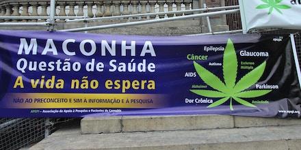 RIO DE JANEIRO,RJ,27.11.2017:DIA-MACONHA-MEDICINAL-PROTESTO-ATIVISTAS - Protesto de ativistas no Dia Nacional Maconha Medicinal, centro do Rio de Janeiro (RJ), nesta segunda-feira (27). Concentração na Praça da Cinelândia. (Foto: jose lucena/Futura Press/Folhapress)
