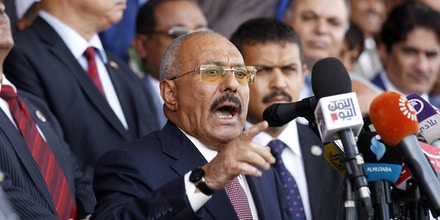 O ex-presidente do Iêmen Ali Abdullah Saleh faz um discurso para apoiadores durante um comício em comemoração aos 35 anos de fundação de seu partido, o Congresso Geral do Povo, na Praça Sabaeen, na capital Saná, em 24 de agosto de 2017.