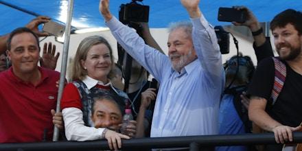 BELO HORIZONTE, MG, 23.01.2018 - LULA-MG - Manifestantes durante ato pro Lula no centro de Belo Horizonte nesta terça-feira, 23. (Foto: Fernando Moreno/Brazil Photo Press/Folhapress)