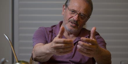 RIO DE JANEIRO, RJ, 04.03.2016: TARSO-GENRO - O ex-governador do Rio Grande do Sul, Tarso Genro (PT-RS), em sua casa em Copacabana na zona sul do Rio de Janeiro. (Foto: Mauro Pimentel/Folhapress)