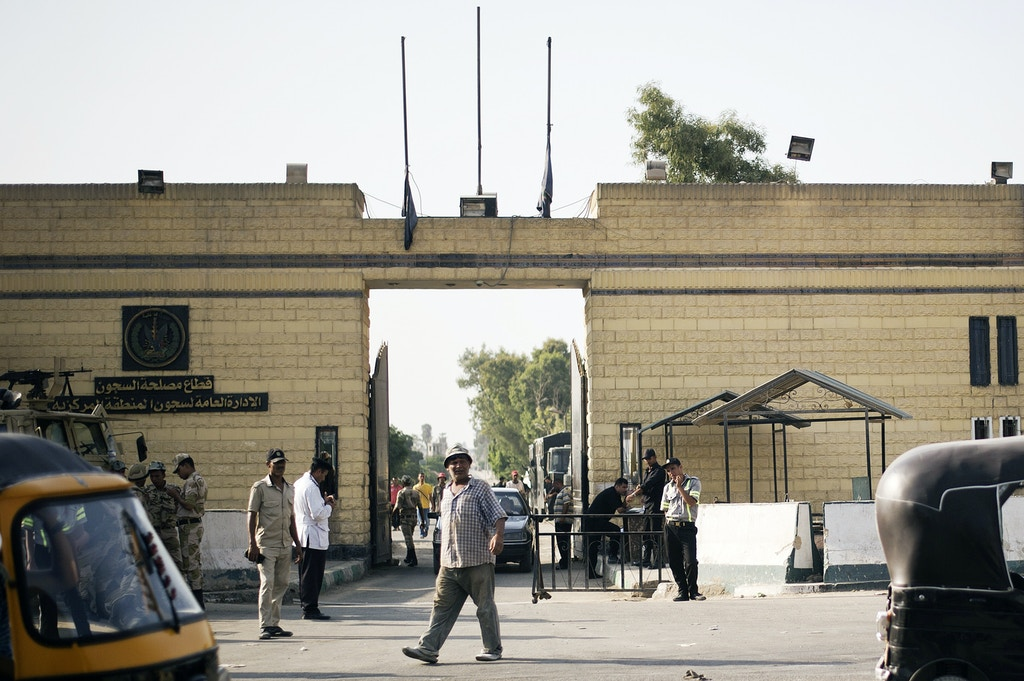 Members of Egyptian security forces stand guard outside one of the gate of the Tora prison where former Egyptian president Hosni Mubarak is detained on August 21, 2013 in Cairo, Egypt.  Mubarak will be released from jail if no new charges are brought against him, an interior ministry official said on August 21, 2013 after a court order him freed.  AFP PHOTO/GIANLUIGI GUERCIA        (Photo credit should read GIANLUIGI GUERCIA/AFP/Getty Images)