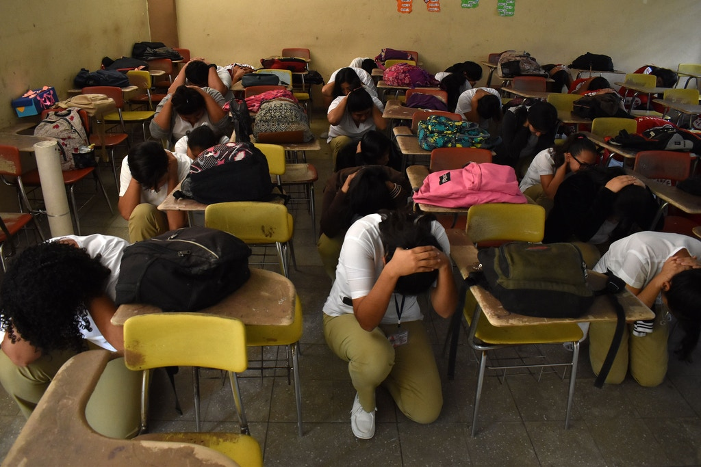 Students of the National Institute Francisco Menendez participate in an earthquake drill, on the 31st anniversary of the 1986 quake  that severely affected the country, in San Salvador on October 10, 2017. / AFP PHOTO / MARVIN RECINOS        (Photo credit should read MARVIN RECINOS/AFP/Getty Images)