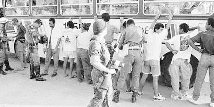 Operação militar contra a violência no Rio de Janeiro: soldados revistam passageiros de ônibus em feira de Acari. [FT-12.12.94]*** NÃO UTILIZAR SEM ANTES CHECAR CRÉDITO E LEGENDA*** (Crédito: Luiz Bettencourt/Folhapress)
