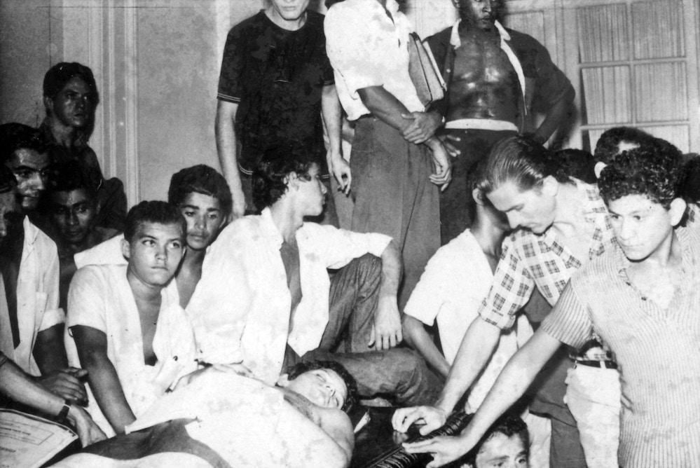 RIO DE JANEIRO, RJ, BRASIL, 28-03-1968: Caso Calabouço: corpo do jovem secundarista Edson Luís de Lima Souto, assassinado no dia 28 de março de 1968 pelo comandante da tropa da PM, o aspirante Aloísio Raposo durante confronto entre a Polícia Militar e estudantes que protestavam contra a alta do preço da comida no restaurante universitário Calabouço, no Rio de Janeiro (RJ). Edson foi o primeiro estudante assassinado pela Ditadura Militar e sua morte marcou o início de um ano turbulento de intensas mobilizações contra o regime militar que endureceu até decretar o chamado AI-5 (Ato Institucional). (Foto: Folhapress) (Foto: Folhapress)