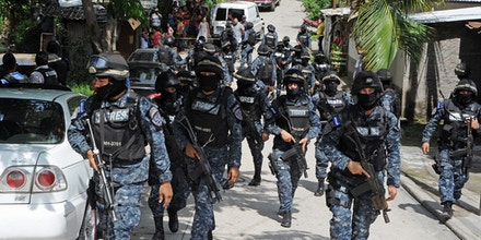 A police Tigres squad patrols during an operation in Los Alpes, southern outskirts of Tegucigalpa on September 29, 2015, following a clash with alleged membres of the Mara 18 gang that left two dead.    AFP PHOTO/ORLANDO SIERRA        (Photo credit should read ORLANDO SIERRA/AFP/Getty Images)