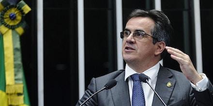 Senador Ciro Nogueira (PP-PI), autor de um projeto que prevê prisão para divulgação de fake news, discursa em plenário, em 29 de abril de 2015.