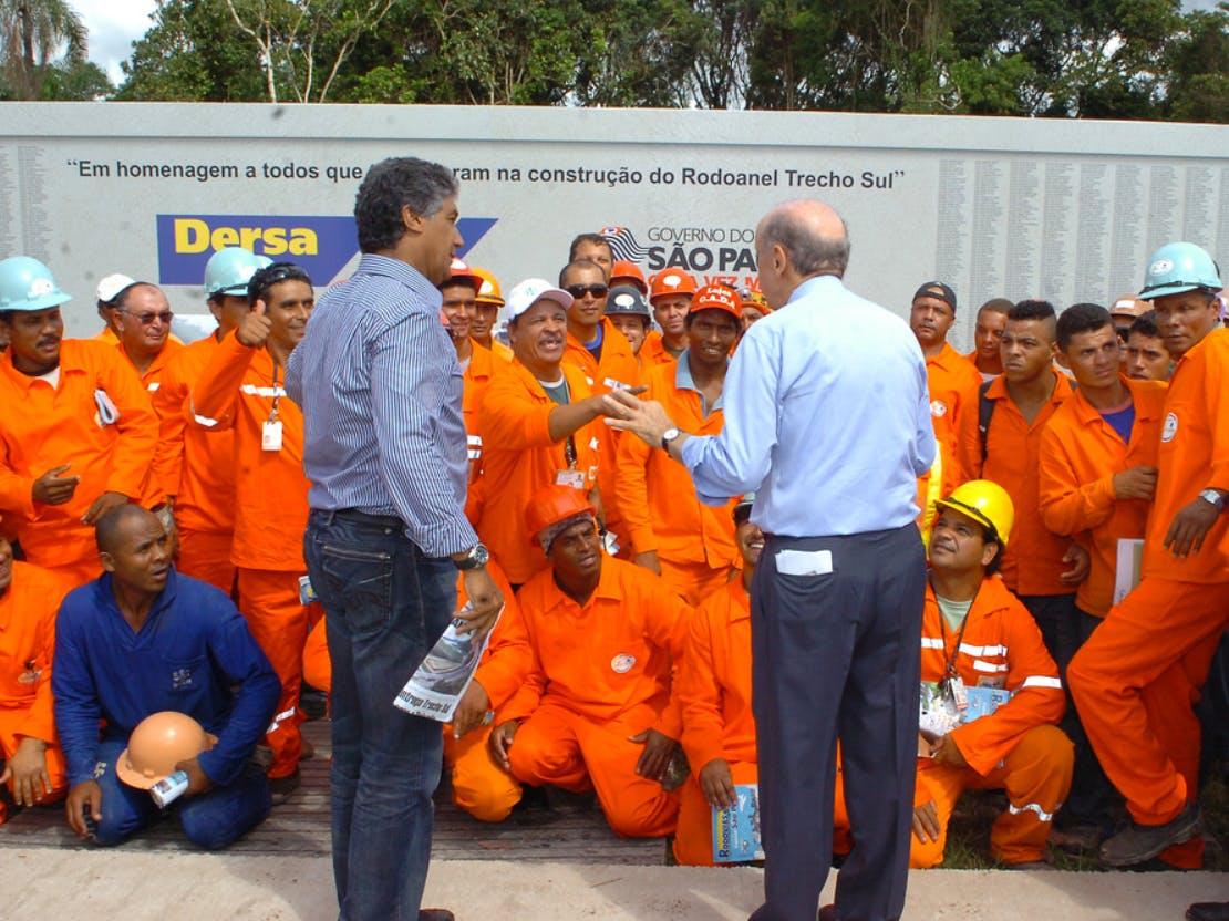 Ao lado de Paulo Preto, Serra conversa com trabalhadores do Rodoanel.