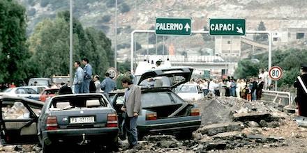Foto de destaque: atentado a bomba que matou o juiz anti-máfia Giovani Falcone, sua mulher e oficiais da escolta.