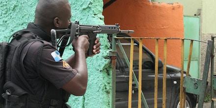 RIO DE JANEIRO,RJ,01.02.2018:TIROTEIO-CIDADE-DEUS-POLICIAMENTO - Policiamento reforçado na Cidade de Deus, no Rio de Janeiro (RJ), na manhã desta quinta-feira (1). Moradores da comunidade voltaram a relatar tiroteios hoje pela manhã. A Linha Amarela foi novamente interditada. O policiamento está reforçado na região desde quarta (31), quando três suspeitos morreram em confronto com a polícia. (Foto: jose lucena/Futura Press/Folhapress)