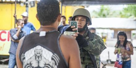 RIO DE JANEIRO - RJ - 23.02.2018 - Militares registram dados de moradores da Vila Kennedy, zona oeste do Rio. (Foto: Danilo Verpa/Folhapress)