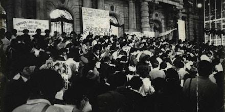 SÃO PAULO, SP, BRASIL, 07-07-1978: Manifestantes em sua maioria negros, durante passeata por igualdade racial, na Praça Ramos de Azevedo, em frente ao Teatro Municipal, em São Paulo (SP). Lendo em coro uníssono uma