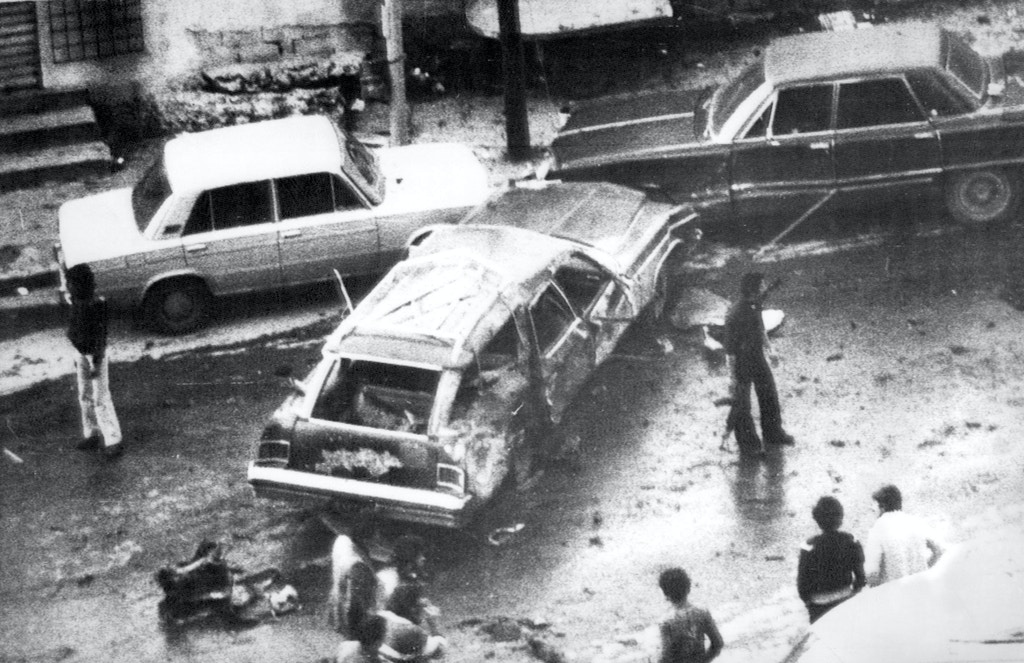 Photo published by Beirut's Arabic language newspaper As Safir shows gunmen surrounding the blasted sedan car of PLO security chief Ali Hassan Salameh (Abu Hassan) on Jan. 22, 1979 in Beirut, Lebanon. Hassan and seven other persons were killed with several more people wounded. The PLO blamed Israel for the deaths. (AP-PHOTO/As Safir) --- Bei dem Sprengstoffanschlag am Montag, 22. Januar 1979 in Beirut starb in diesem Wagen Ali Hassan Salameh (Abu Hassan), Sicherheitschef der PLO. Mit ihm wurden sieben weitere PLO-Angehoerige getoetet und mehrere Personen verletzt. (AP-PHOTO/As Safir)