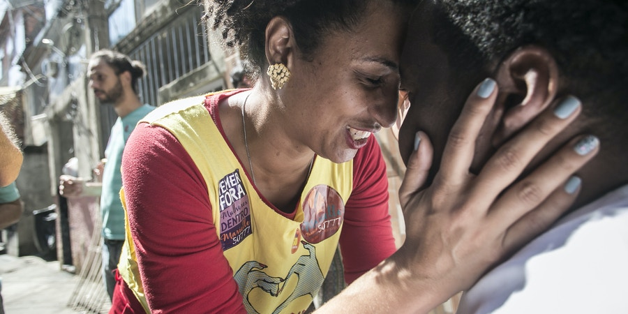 HANDOUT - ARCHIV - 10.09.2016, Brasilien, Rio de Janeiro:Marielle Franco, linke Politikerin, umarmt ein Person bei einem Besuch der Favela Mare. Unbekannte haben die brasilianische Politikerin und Kritikerin von Polizeigewalt in der Nacht zum 15.03.2018 im Zentrum von Rio de Janeiro in ihrem Auto erschossen. Die 38-Jährige hatte die Polizei mehrerer Morde bezichtigt, zuletzt am Tag vor ihrer Ermordung. (zu dpa «Linke Politikerin und Polizei-Kritikerin in Brasilien erschossen» vom 15.03.2018) Photo by: ---/picture-alliance/dpa/AP Images