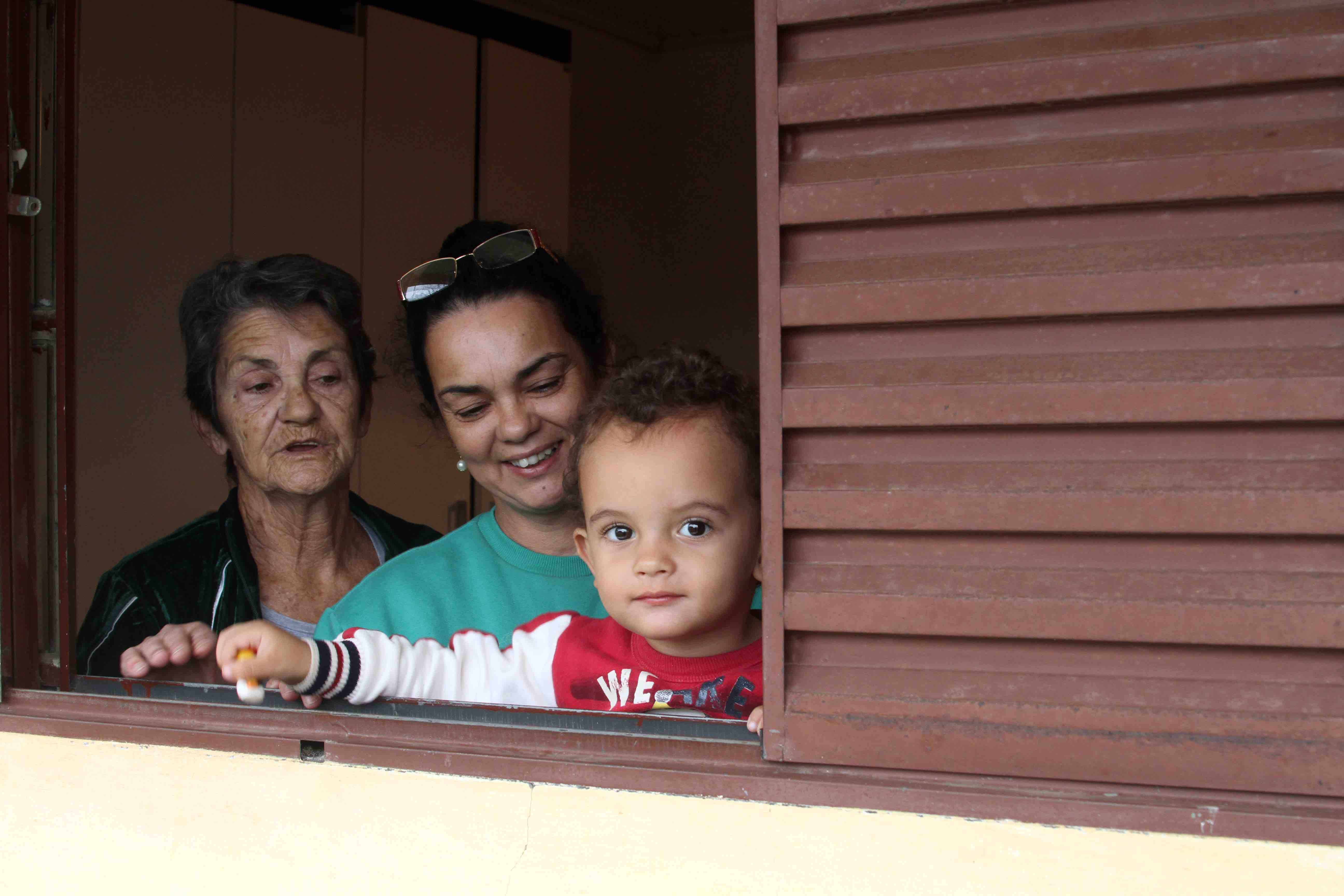 Pinhos son with caretakers 2 copy 1520459938 O alto preço do encarceramento feminino