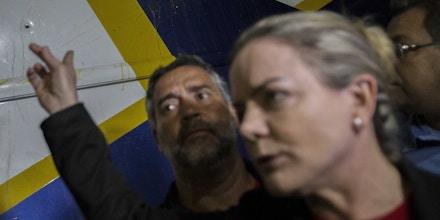 QUEDAS DO IGUAÇU, PR, 27.03.2018 ? LULA-PR: Senadora Gleisi Hoffmann - Caravana do ex-presidente Lula foi alvejada quando se encaminhava para a cidade de Laranjeiras, no Paraná. Pelo menos 4 tiros acertaram os ônibus, nesta terça-feira. (Foto: Marlene Bergamo/Folhapress)