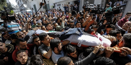 dpatop - Palestinian journalists and mourners carry the body of Palestinian journalist Yasser Murtaja, who was killed during clashes with Israeli Security Forces near the borders, during his funeral in Gaza City, 07 April 2018. Murtaja, a photographer who worked for local news production company Ain Media, died from his wounds among nine others during protests along the Gaza-Israeli border on Friday. Photo by: Mohammed Talatene/picture-alliance/dpa/AP Images