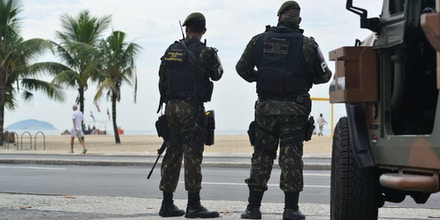 RIO DE JANEIRO, RJ, 02.04.2018: SEGURANÇA-RIO - Exército patrulha a orla da praia de Copacabana, no Rio de Janeiro, nesta segunda-feira. (Foto: Erbs Jr./Agif/Folhapress)